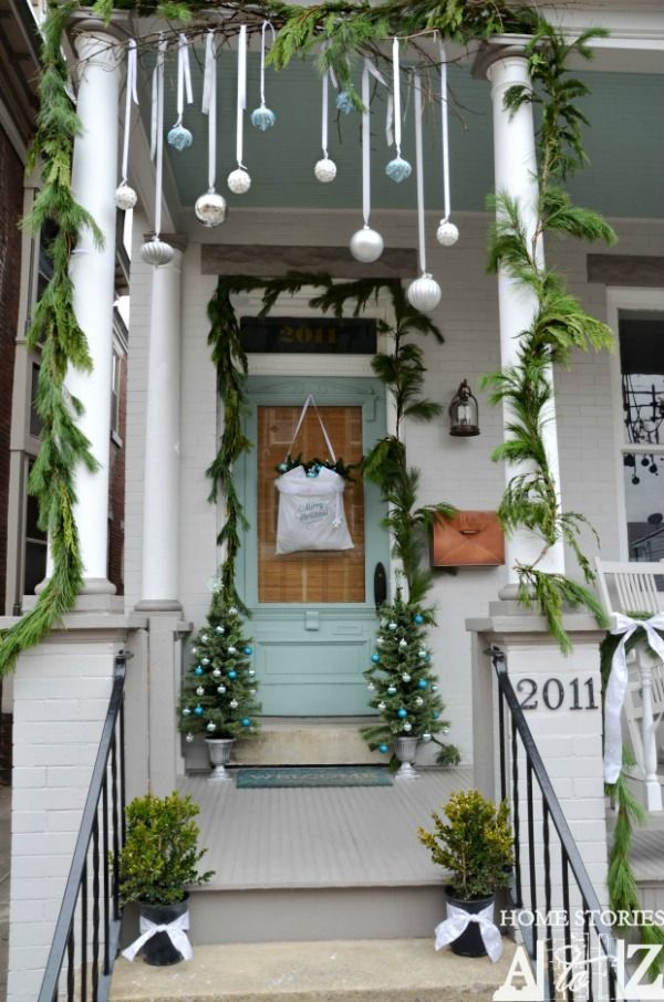 Decorate your home with these simple Outdoor Christmas Decoration ideas! Pin this to your Christmas Board!