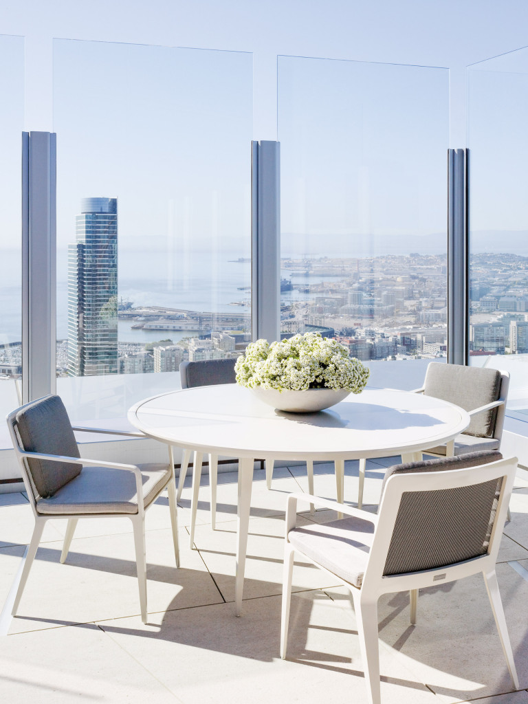 On the 60th-floor terrace, with views over the bay to the east and the piers of Mission Bay below, Oldroyd created a practical, weatherproof composition with a quartet of aluminum Brown Jordan chairs surrounding a Brown Jordan metal table.