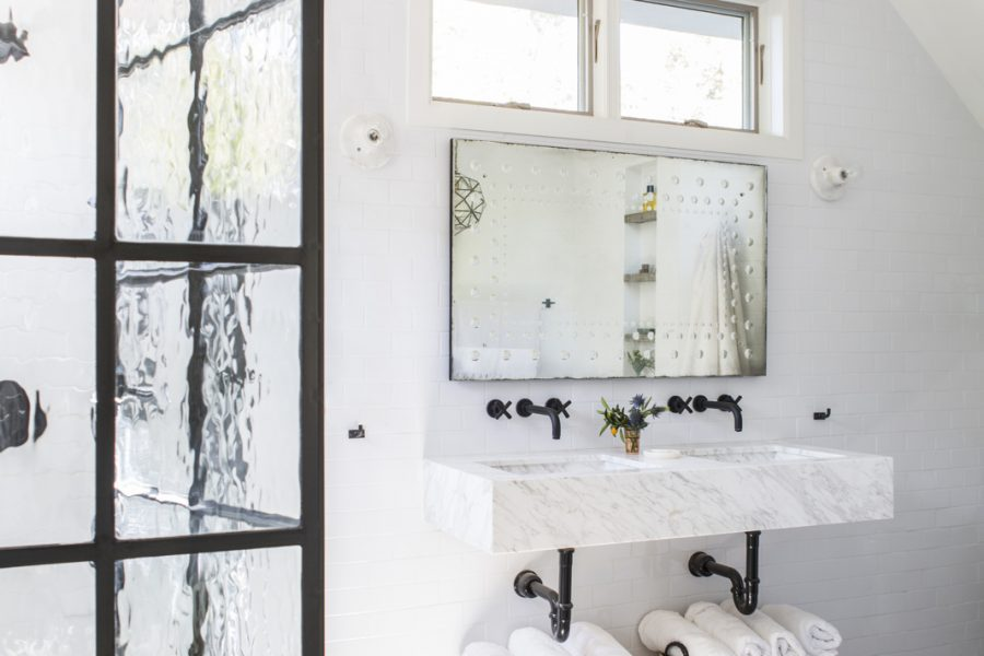 Black Rimmed Doors and Showers–2 Gorgeous Bathrooms I 'm Loving
