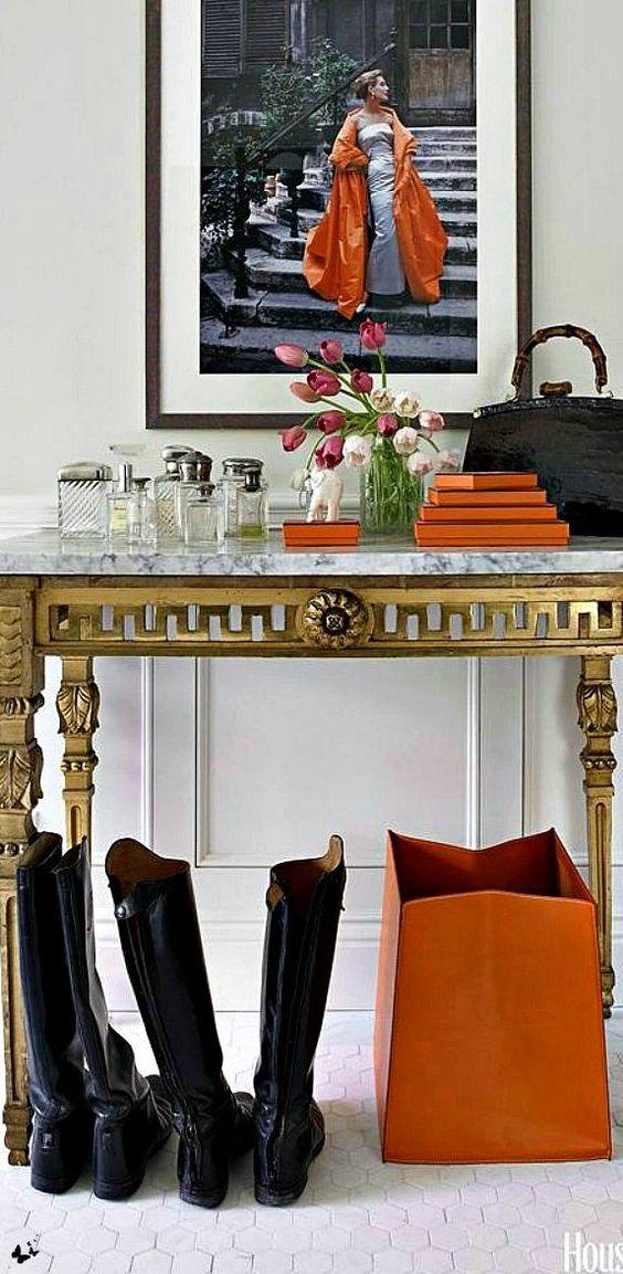 Mueble en dorado para el recibidor.: